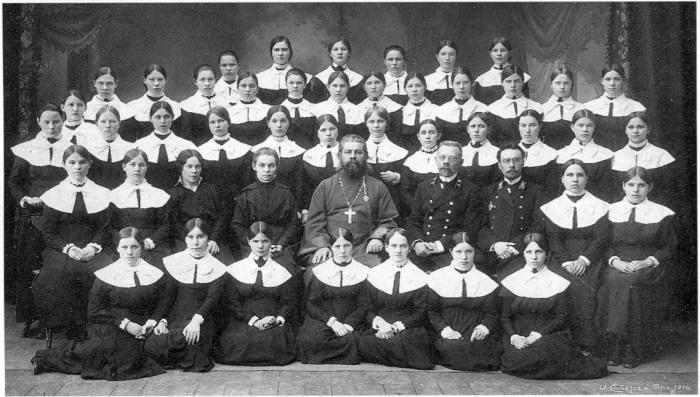 Выпускницы Архангельского епархиального женского училища. Россия, Архангельск, 1916 год.