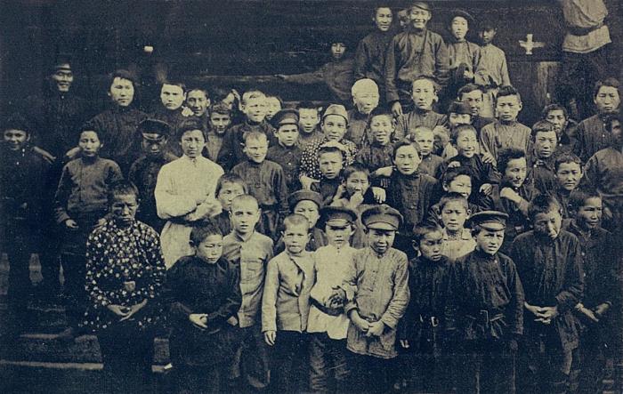 Группа якутских учеников начальных и старших классов.  Якутская область, начало 20 века.