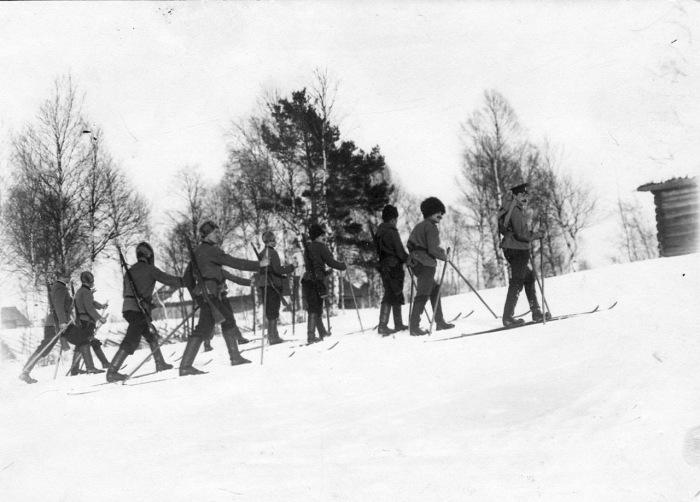 Группа пограничников на лыжах в 1908 году.