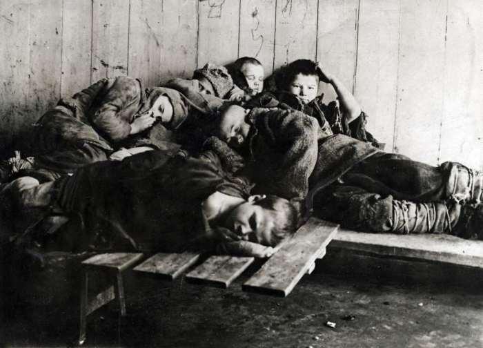 Шестеро беспризорников спящих на улице. СССР, 1923 год.