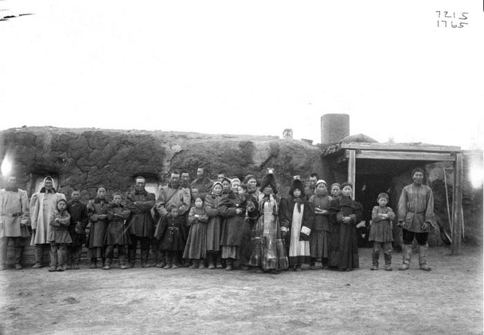 Группа якутов возле зимнего дома. Россия, Якутия, 1902 год.