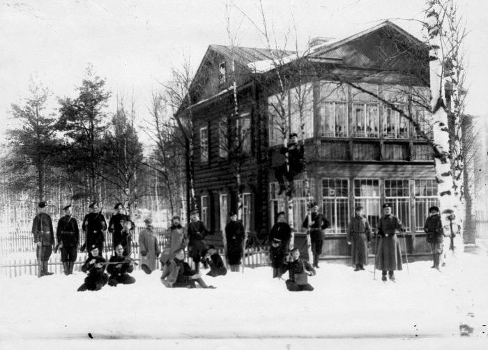 Группа офицеров и солдат гвардейской пехоты на учениях в 1908 году.