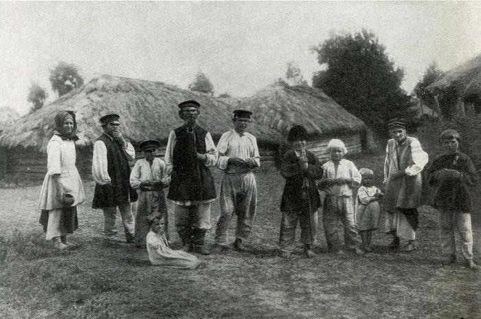 Группа крестьян в летней одежде. Черниговская область, село Пакуль, 1903 год.
