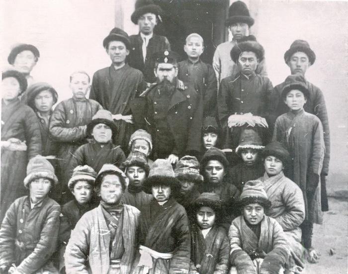 Группа учащихся русско-туземной школы с учителем Колчиным. Семиреченская область, Пржевальск, 1911 года.