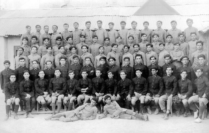 Группа учеников из детского дома и профессионально-технического училища в Алеппо перед отъездом в Армению в 1924 году.