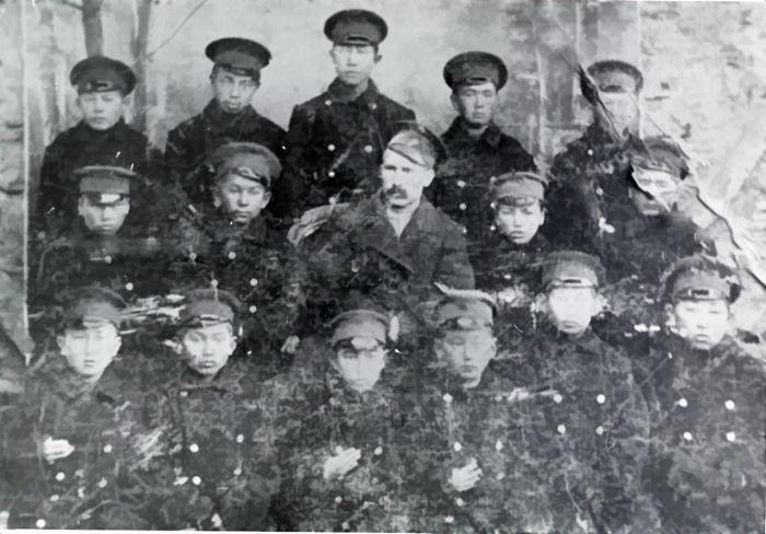 Группа учащихся русско-туземной школы Пржевальска, Семиреченской области с заведующим - учителем Пономаревым. 1910 года.