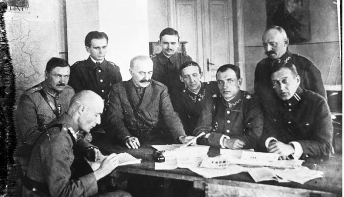 Писатели, участники Добровольческой армии,подполковник Мариан Диенстл-Домбров, Евгений Малашевски, Эмиль Зегадлович, Владислав Рабски, Эдвард Лигочи. 1820 год.