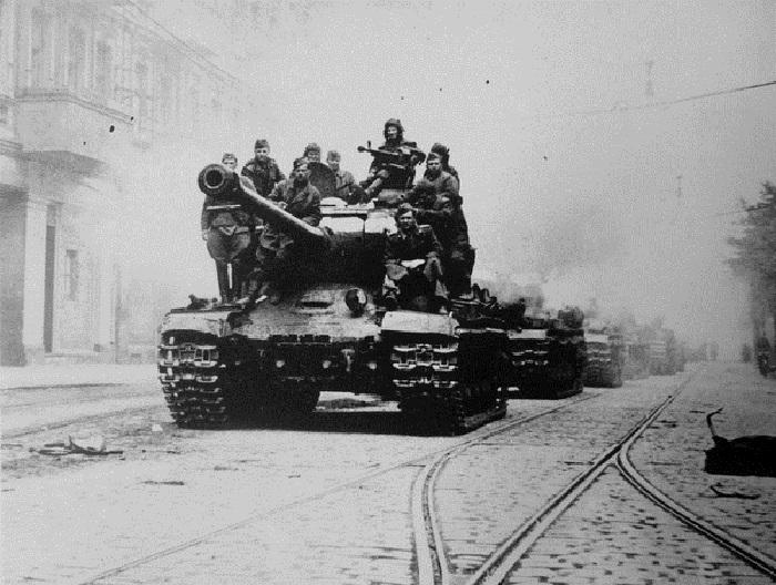 Групповой снимок красноармейцев на тяжелом танке ИС-2 на улице Берлина.