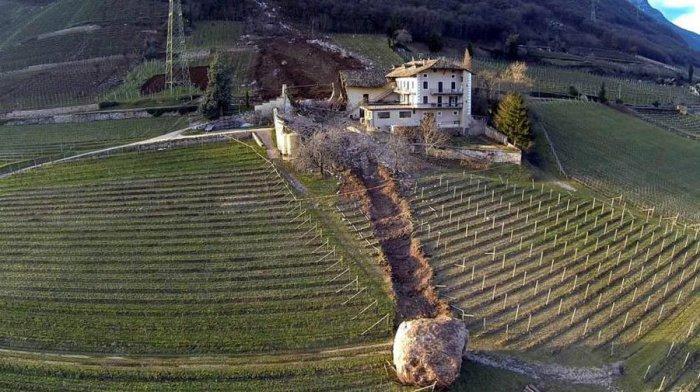 Огромный валун скатившийся с горы в Северной Италии, который разрушил полностью сарай и виноградники.