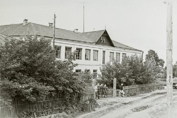 Налобихинская средняя школа, которую окончил Титов.