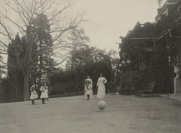 Александра Федоровна с детьми в Ливадии в 1902 году.