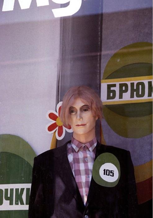 Манекен в витрине магазина. СССР, Иркутск, 1988 год.