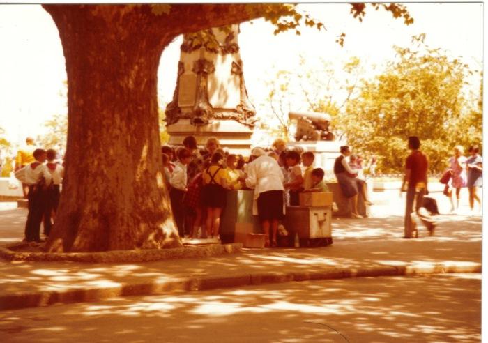 Толпы детей, покупающих мороженое в парке. СССР, Одесса, 1976 год.