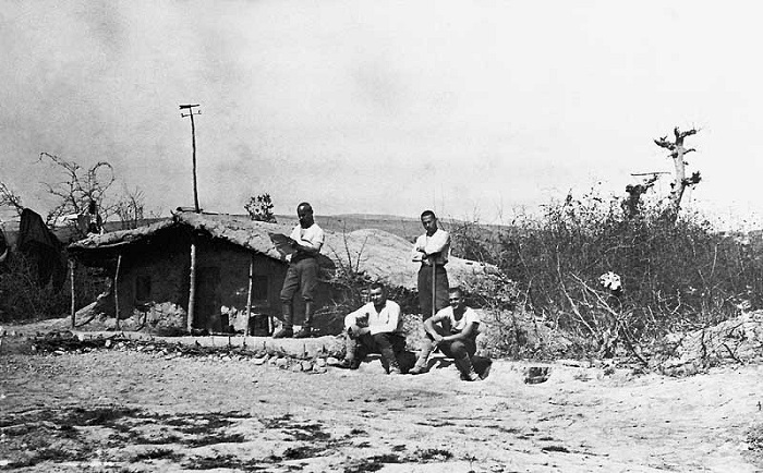Офицерская землянка Корниловского артиллерийского дивизиона. Галлиполи, 1920 год.
