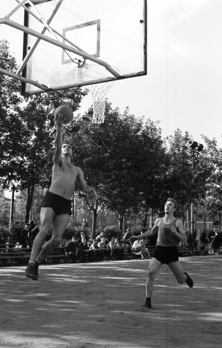 Баскетболист забрасывающий мяч в кольцо.  СССР, Ярославль, 1970-е годы.
