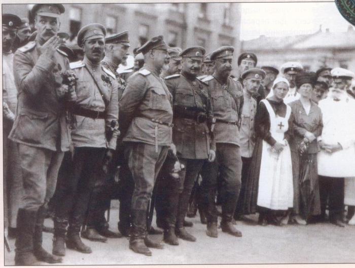 Генерал-лейтенант Генерального штаба Антон Иванович Деникин на Николаевской площади. Город Харьков, июнь 1919 года.