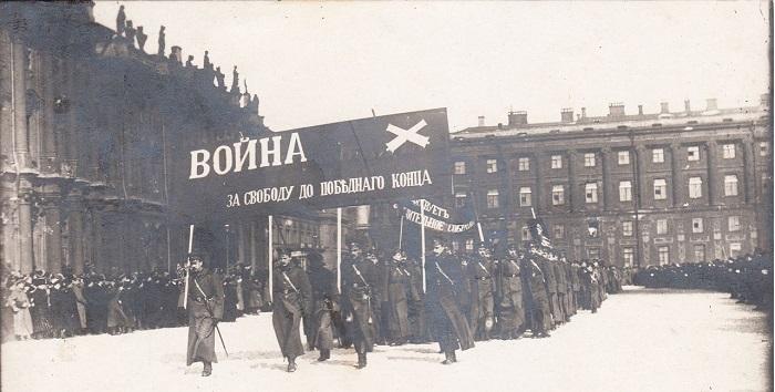 Парад военных училищ на площади. Петроград, 1917 год.