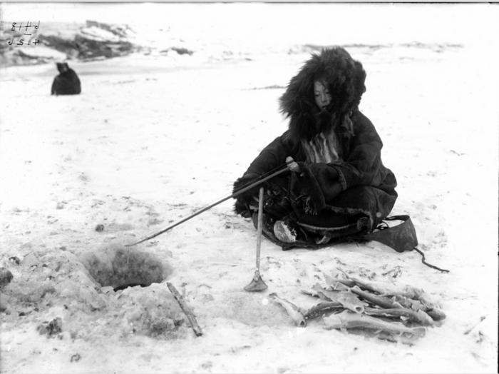 Корячка рыбачит в проруби. Камчатский край, 1900 год.