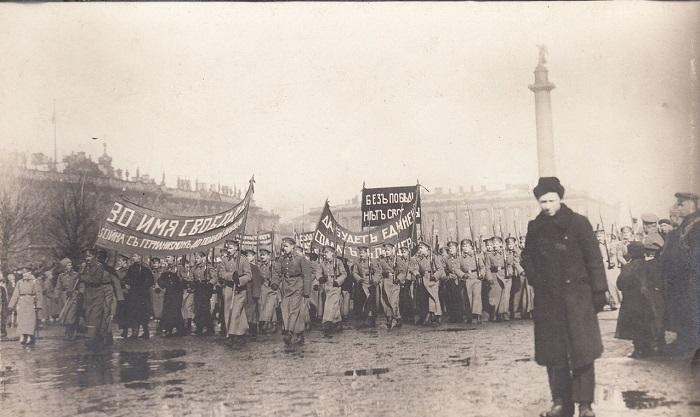 Смотр парада военных училищ на Дворцовой площади. Петроград, 1917 год.