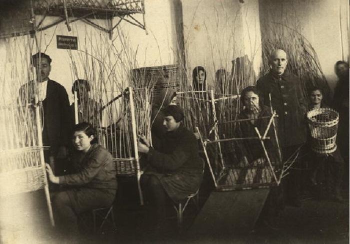 Артель лозоплетения - общества Допомога. Каменец-Подольский, 24 апреля, 1931 год.