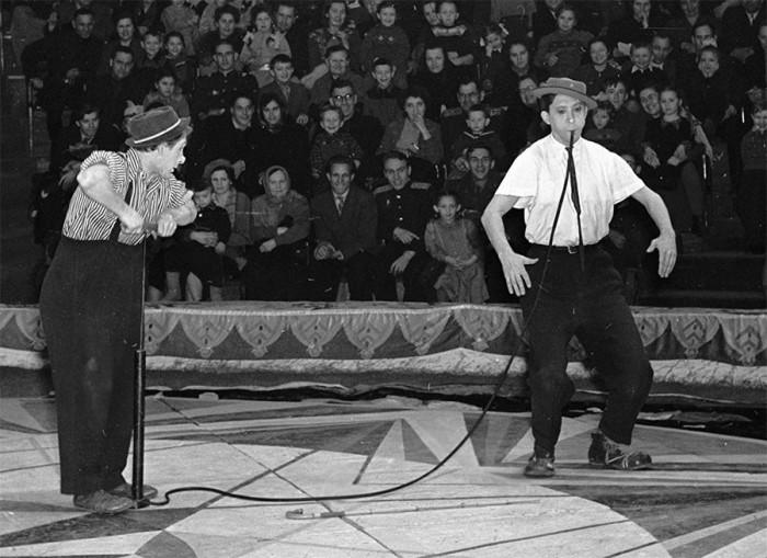 На арене цирка клоуны Юрий Никулин и Михаил Шуйдин в 1958 году.