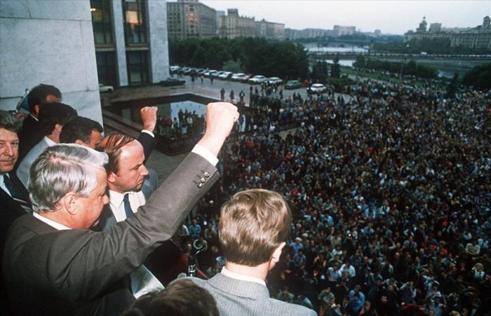 Борис Ельцин поднимает кулак приветствуя своих собравшихся сторонников в Москве. 19 августа 1991 года.