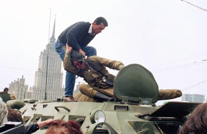 Защитники Белого дома нападают на солдата. 19 августа 1991 год.