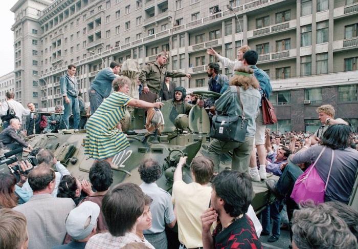 Толпа собирается вокруг БТР и пытается его блокировать возле Красной площади в центре Москвы. 19 августа 1991 год.