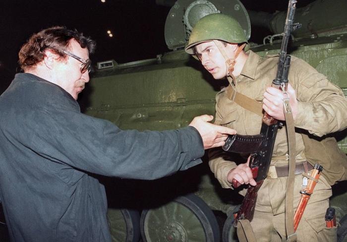Демонстрант спорит с солдатом после того как танки заблокировали доступ к центру Москвы. 20 августа 1991 год.