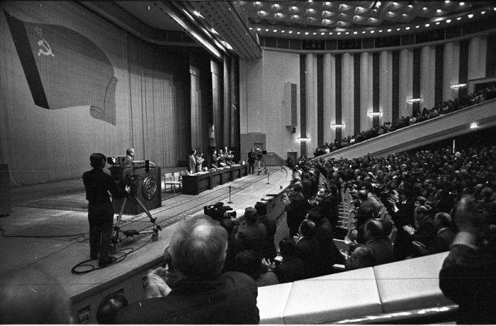 В Москве открылась чрезвычайная сессия Верховного Совета РСФСР. 21 августа 1991 года.