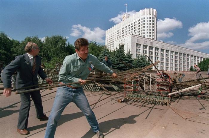 Группа сторонников Бориса Ельцина разбирают одну из баррикад вокруг Белого дома. 25 августа 1991 год.
