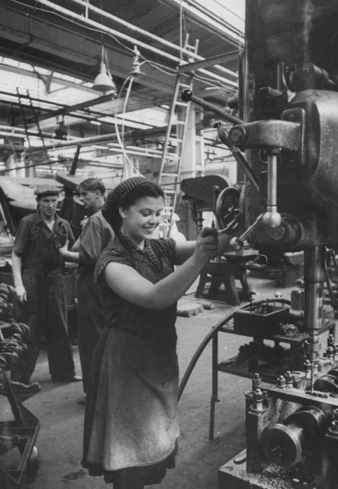 Женщины наравне с мужчинами трудились в промышленности.