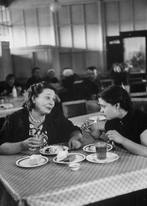 Мама с дочкой в ресторане. СССР, Москва, 1956 год.