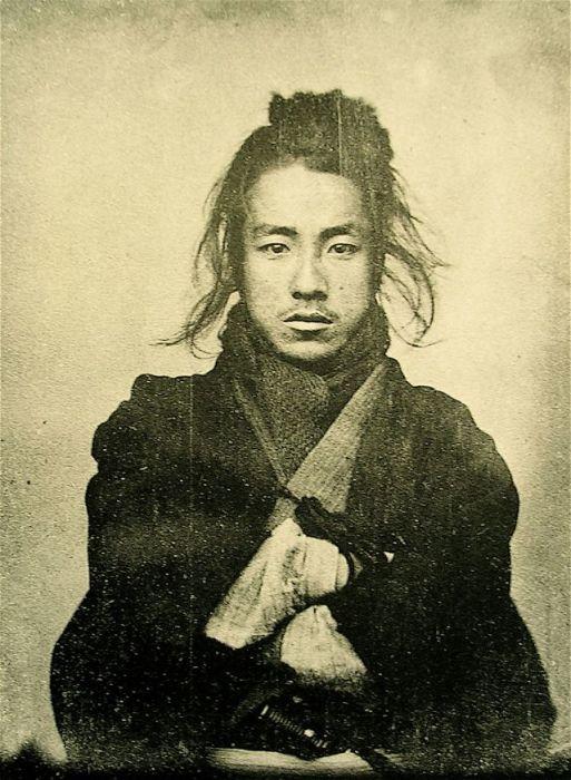 Портретный снимок самурая.