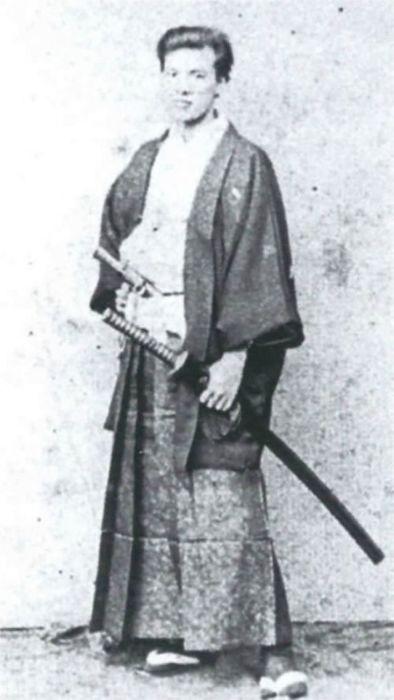 Портретный снимок вооружённого самурая.