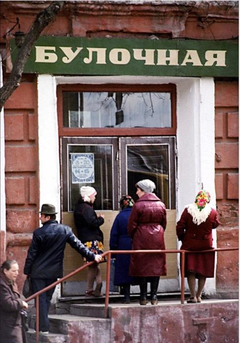 Очередь за хлебом в булочную на улице Тимирязева. СССР, Иркутск, 1988 год.