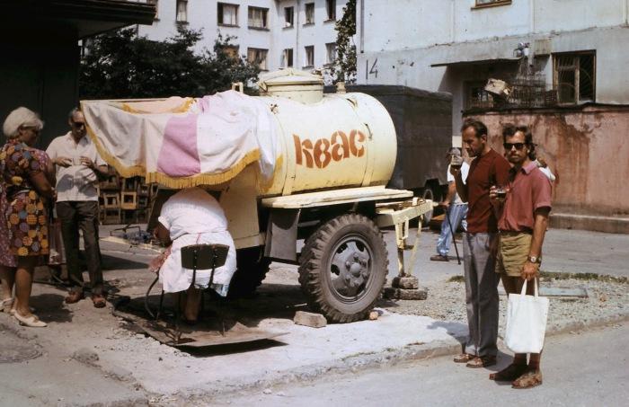 Люди, покупающие квас на улице. СССР, Сочи, 1974 год.