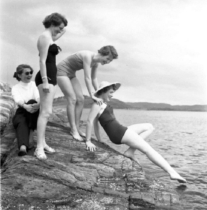 Купание красавиц в холодной воде. 1960-е годы.