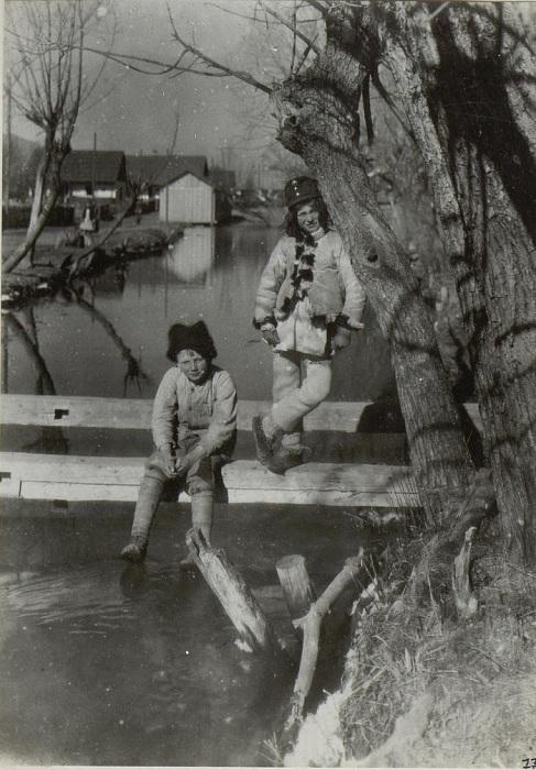 Маленькие дети у пруда. Бессарабия, начало 20 века.