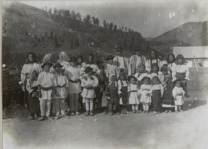 Местное население после церковной службы. Бессарабия, начало 20 века.