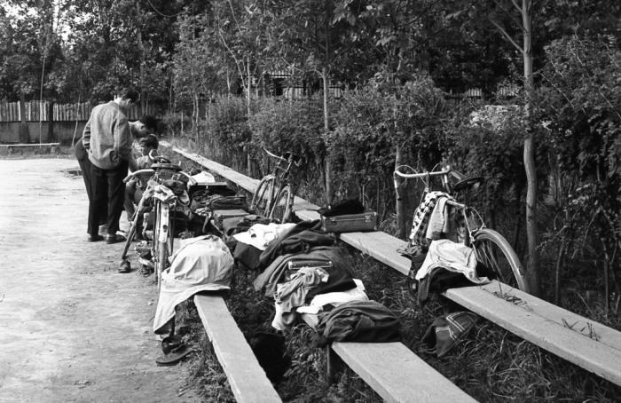 Оставленные велосипеды и одежда на лавочках. СССР, Ярославль, 1960-е годы.