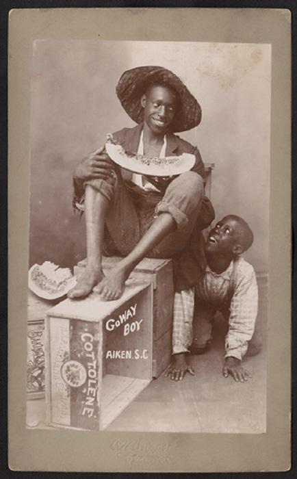 Афроамериканские мальчики едят арбуз.