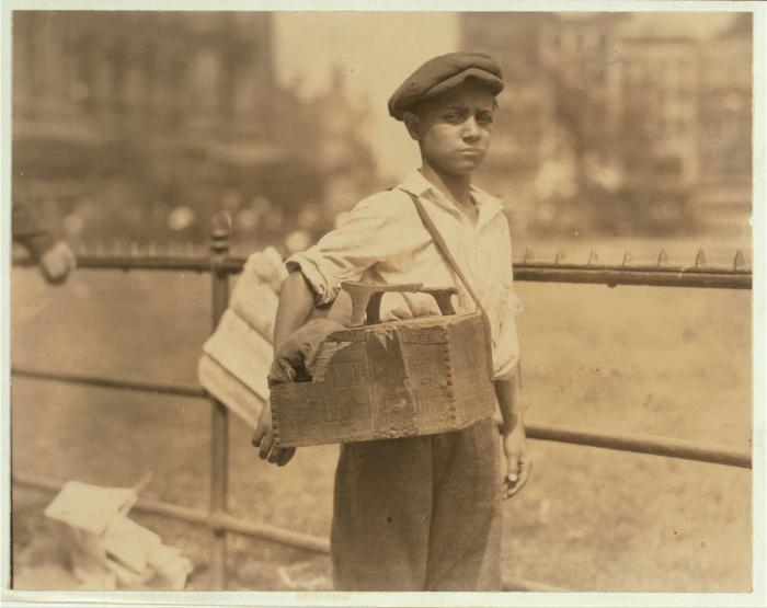 Совсем юный чистильщик сапог. Нью-Йорк, 25 июля 1924 года.