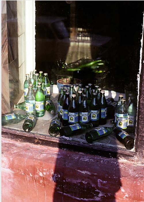 Бутылки из-под минеральной воды на подоконнике. СССР, Иркутск, 1988 год.