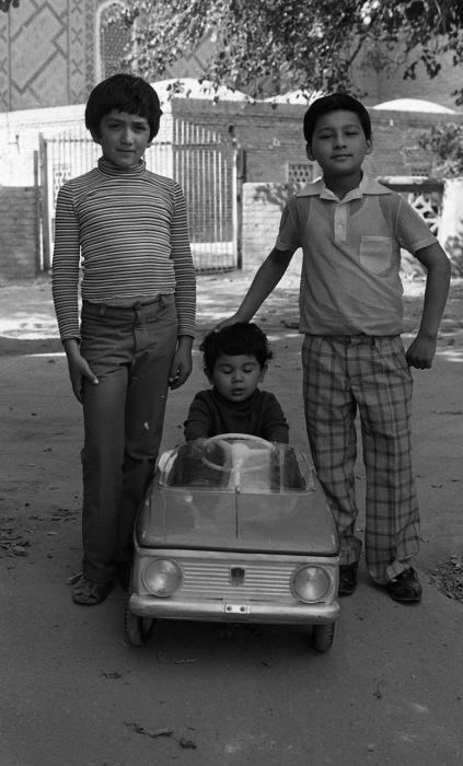 Мальчики, играющие со своим младшим братом. СССР, Узбекистан, Самарканд, 1984 год.