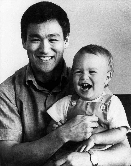 Брюс Ли и его маленький сын Брэндон.
