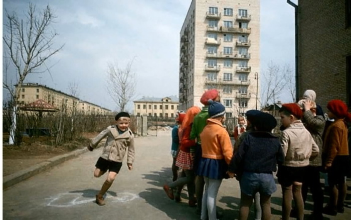 Играющие во дворе дети.  СССР, Москва, 1970 год.