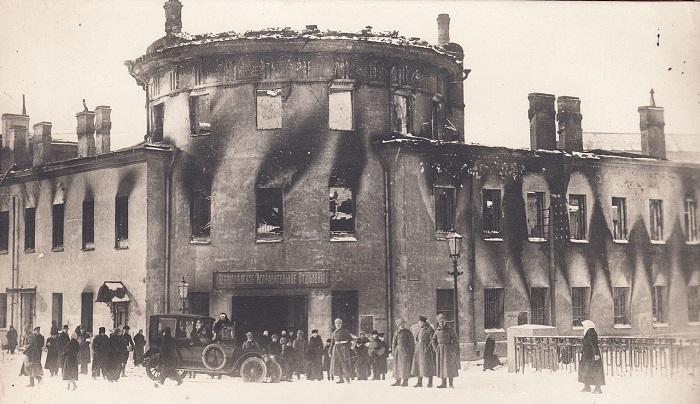 Солдаты и мирные жители возле сожженное здание Литовского замка со стороны Офицерского моста. Петроград, 1917 год.