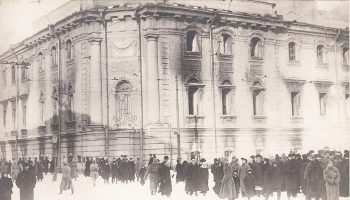 Частично сожженное здание окружного суда. Петроград, 1917 год.