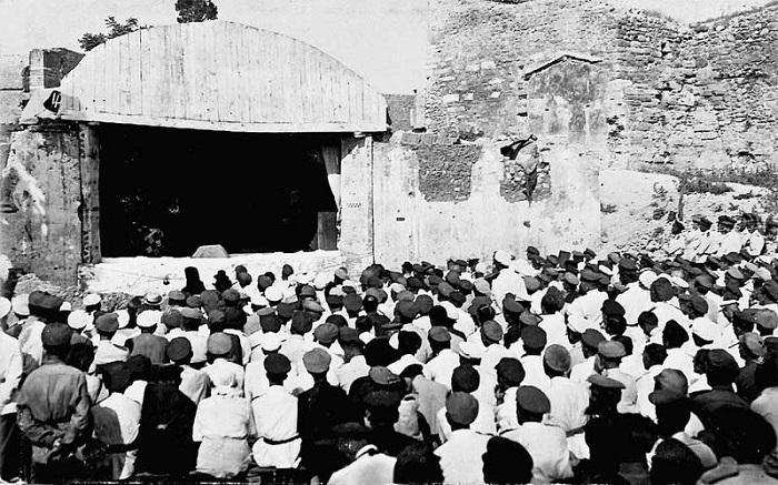 Большой корпусной театр на территории лагеря. Галлиполи, 1921 год.